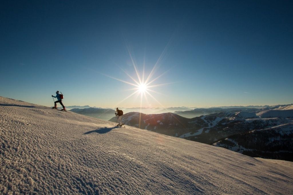 Skitouren-Geher in den Bergen von Kärnten im Winter
