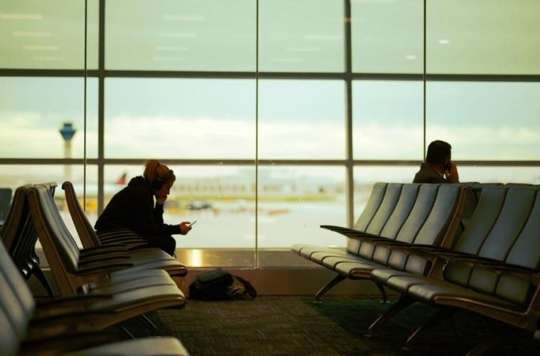 frau sitzreihe bänke flughafen