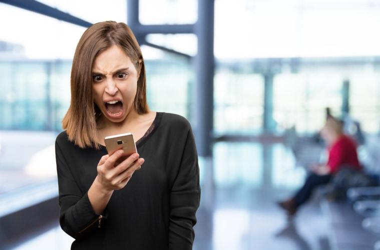 Frau ärgert sich am Flughafen
