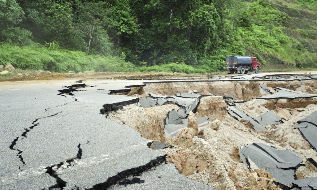 Asphaltrisse in Straße nach Erdbeben