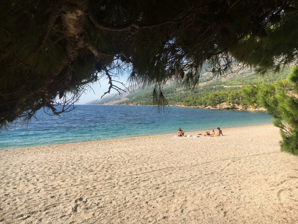 Besucher des Strandes Zlatni Rat in Bol auf Insel Brac in Dalmatien