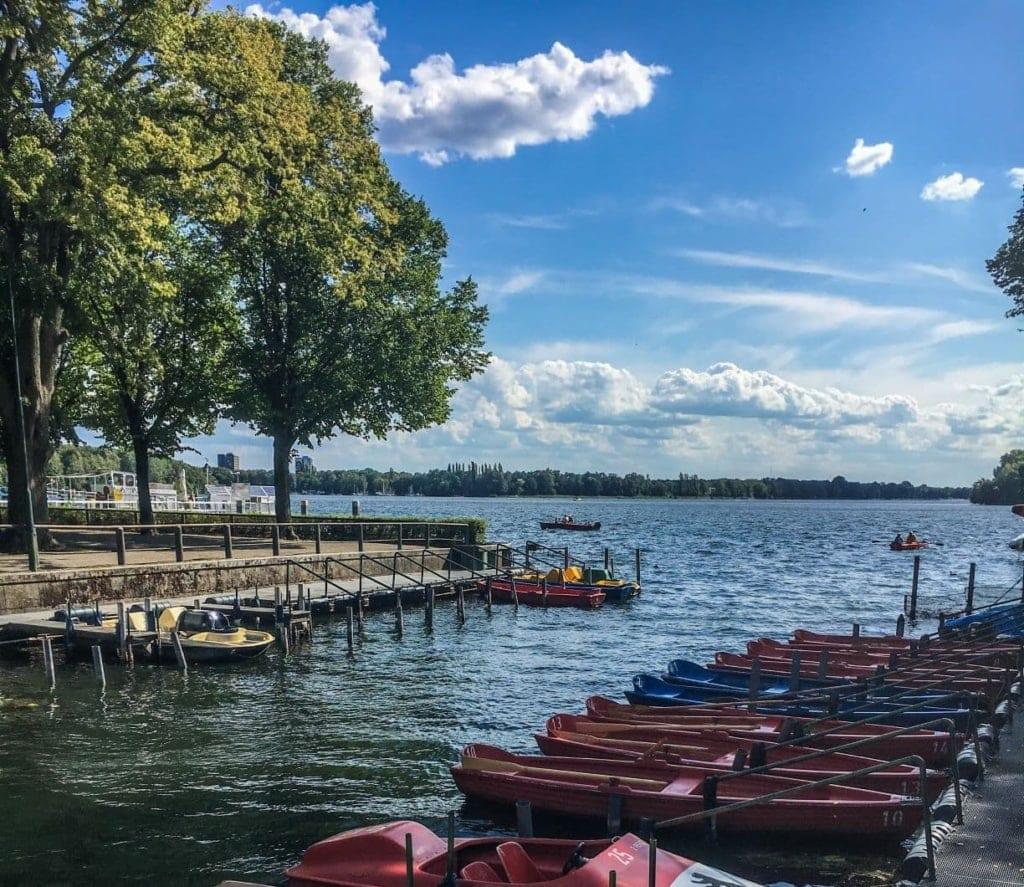 Berlin auf alternativen Routen entdecken: Boote am Tegler See
