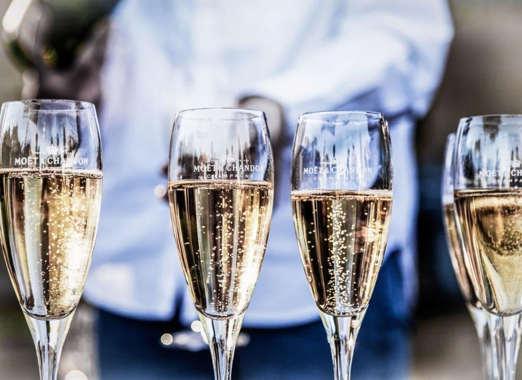 mit Champagner befüllte Gläser in einer Reihe
