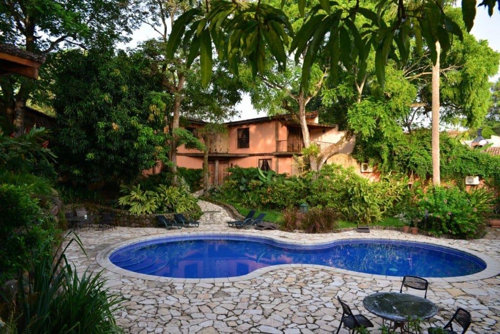 Garten und Pool im Suchitoto Hotel Los Almendros San Lorenzo in El Salvador