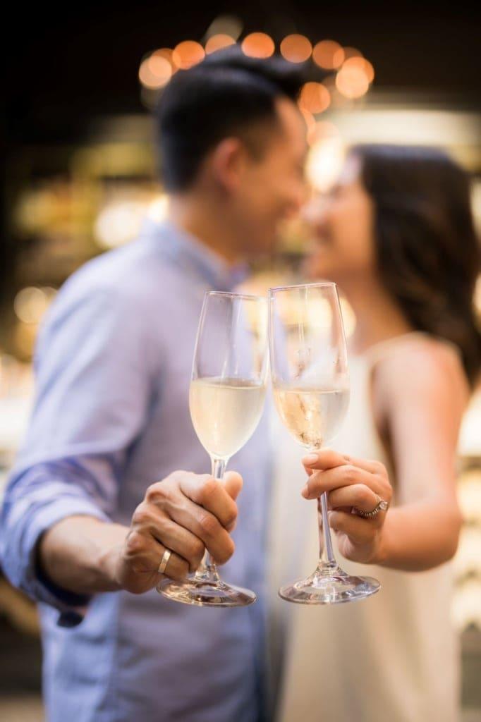 Verliebtes Paar stößt mit Gläsern Champagner an