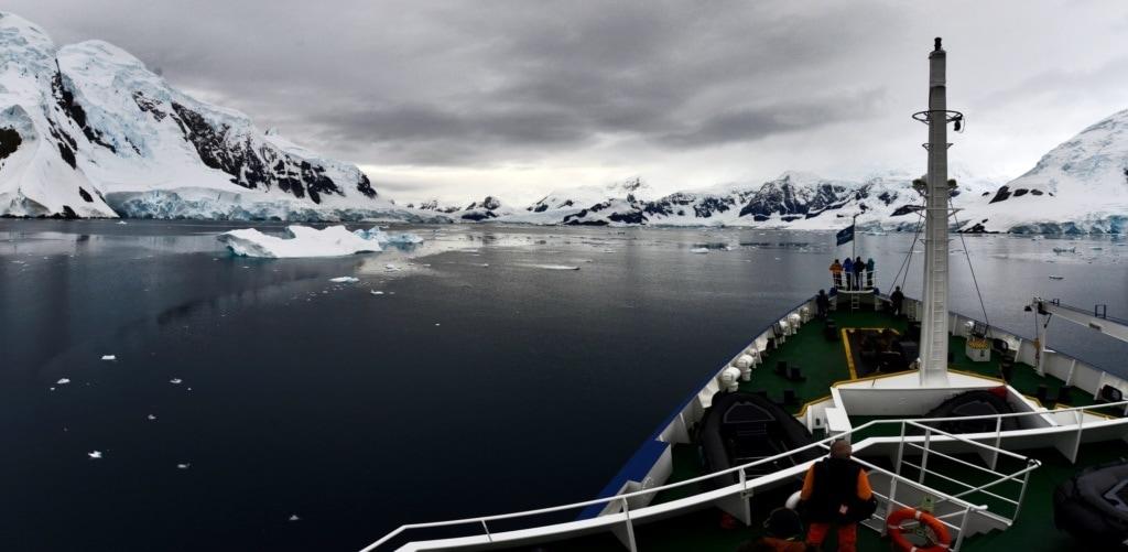 Ausblick vom Expeditionsschiff auf das Panorama in der Antarktis