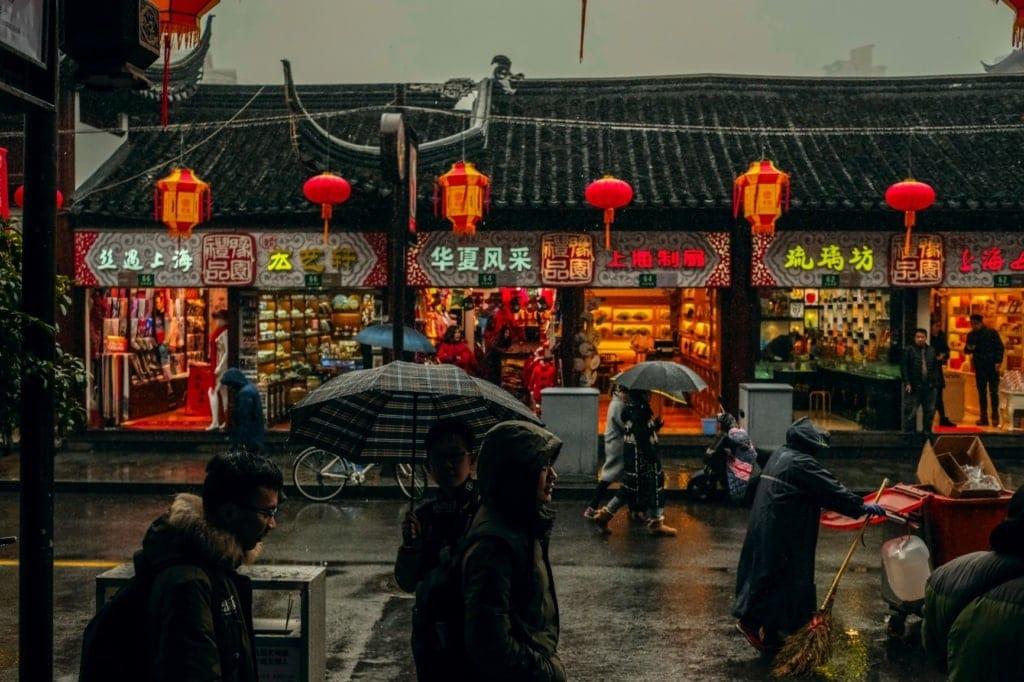 Menschen bei Regen unterwegs in Shanghai