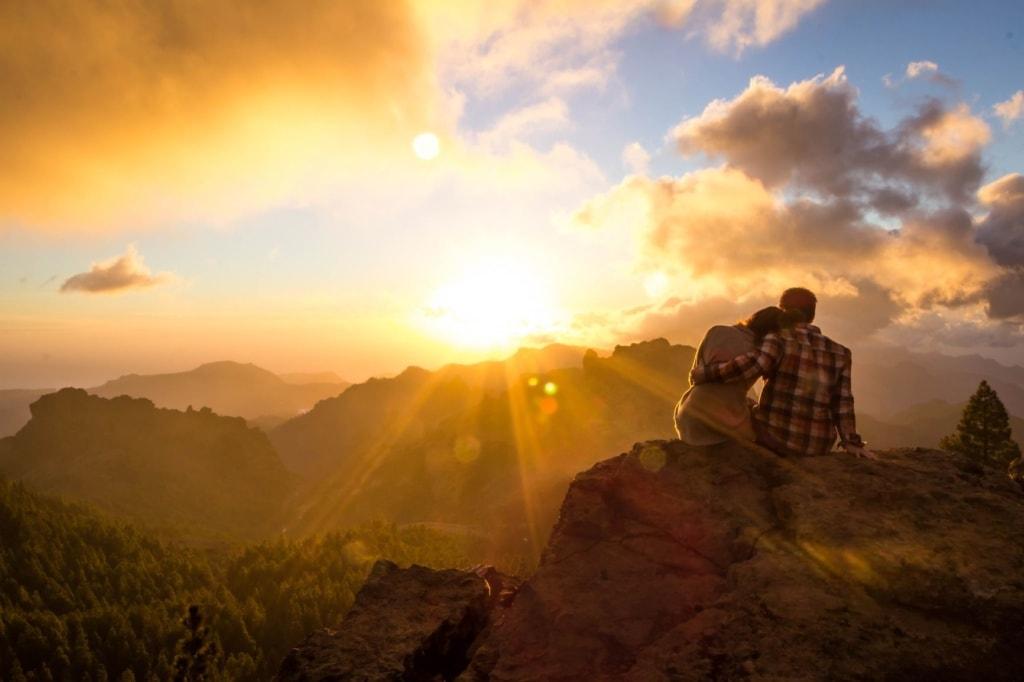 Paar beim Sonnenuntergang auf dem Roque Nublo auf Gran Canaria