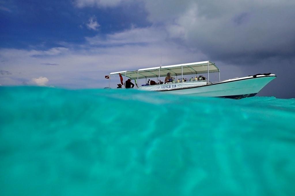 Tauchboot im Gewässer vor der Insel Palau im Pazifik