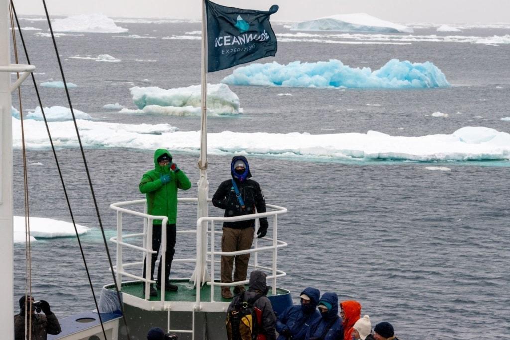 Expitionsschiff-Teilnehmer in der Antarktis