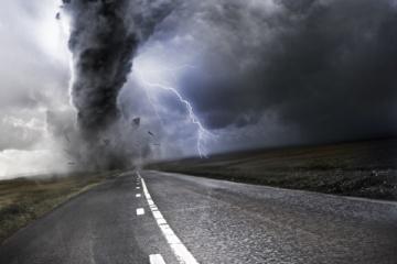 Tornado trifft auf Straße