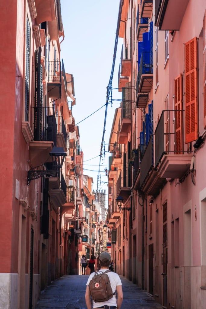 Tourist in der Altstadt von Palma de Mallorca