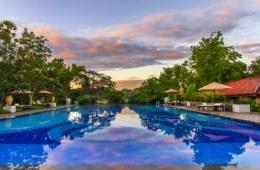Blick auf die spiegelglatte Wasseroberfläche des Pools im Ulagalla auf Sri Lanka