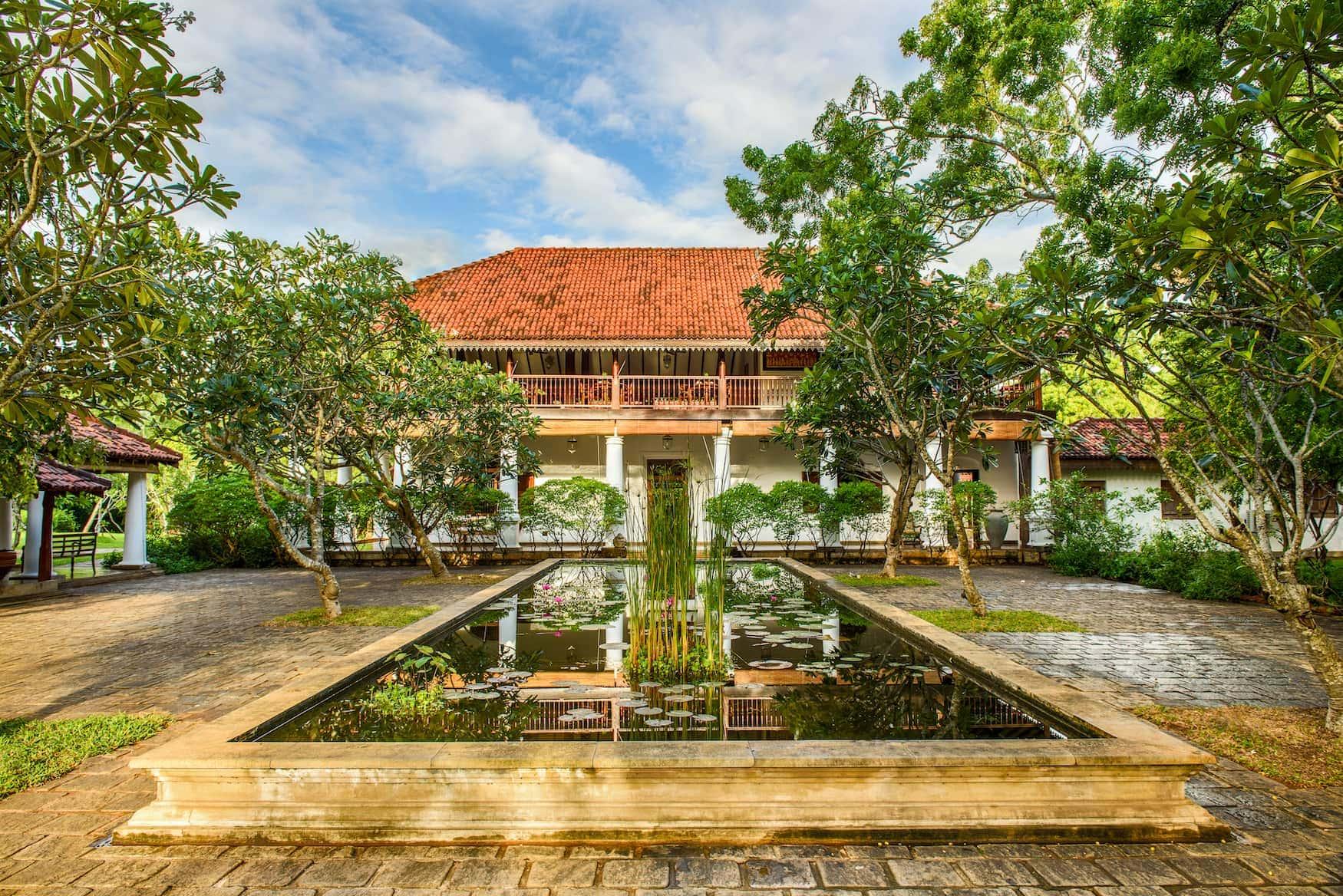 Teich mit Lotusblüten vor Lobby im Ulagalla by Uga Escapes