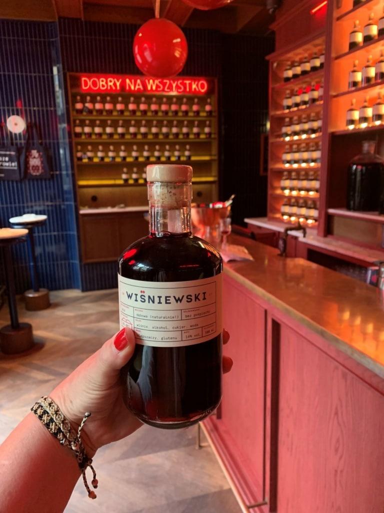 Frau hält Flasche Wisniewski-Wein in der Hand