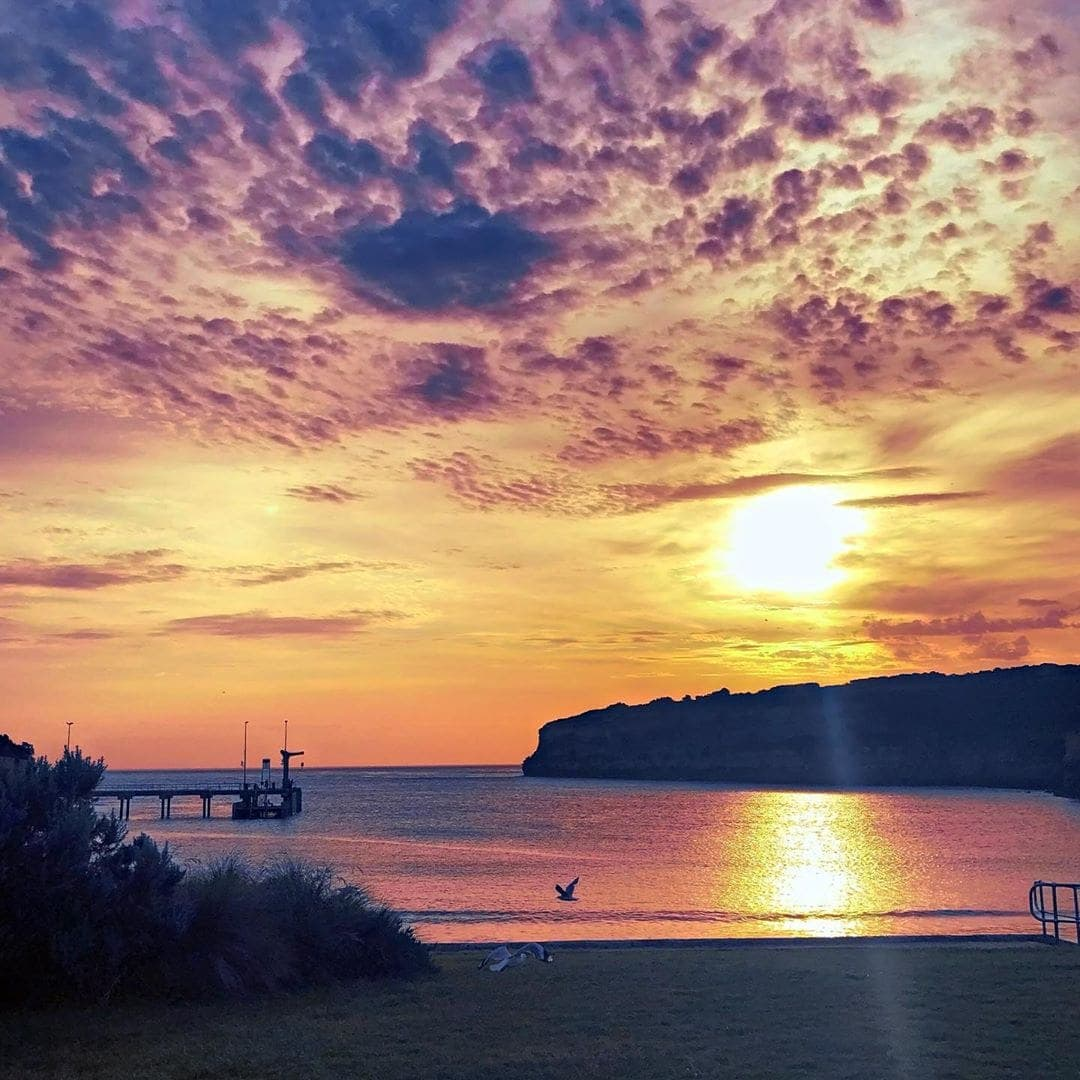 Beim Abendessen in Port Cambell an der #greatoceanroad lässt sich die Sonne in ihrem schönsten Kleid ins Meer fallen. Momente wie diese – dafür reisen wir. #welivetoexplore #reportervorort #passionpassport #instatravel #australia