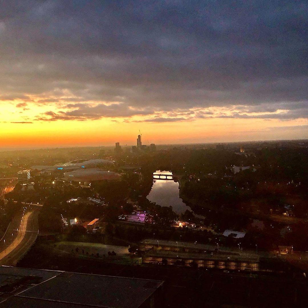 #Melbourne zum Sonnenaufgang. @fraumuksch fand die Stadt toll. Warum wird sie uns bald ausführlich erklären. #australien #besthotelbreakfast #roomwithaview #instatravel #welivetoexplore!