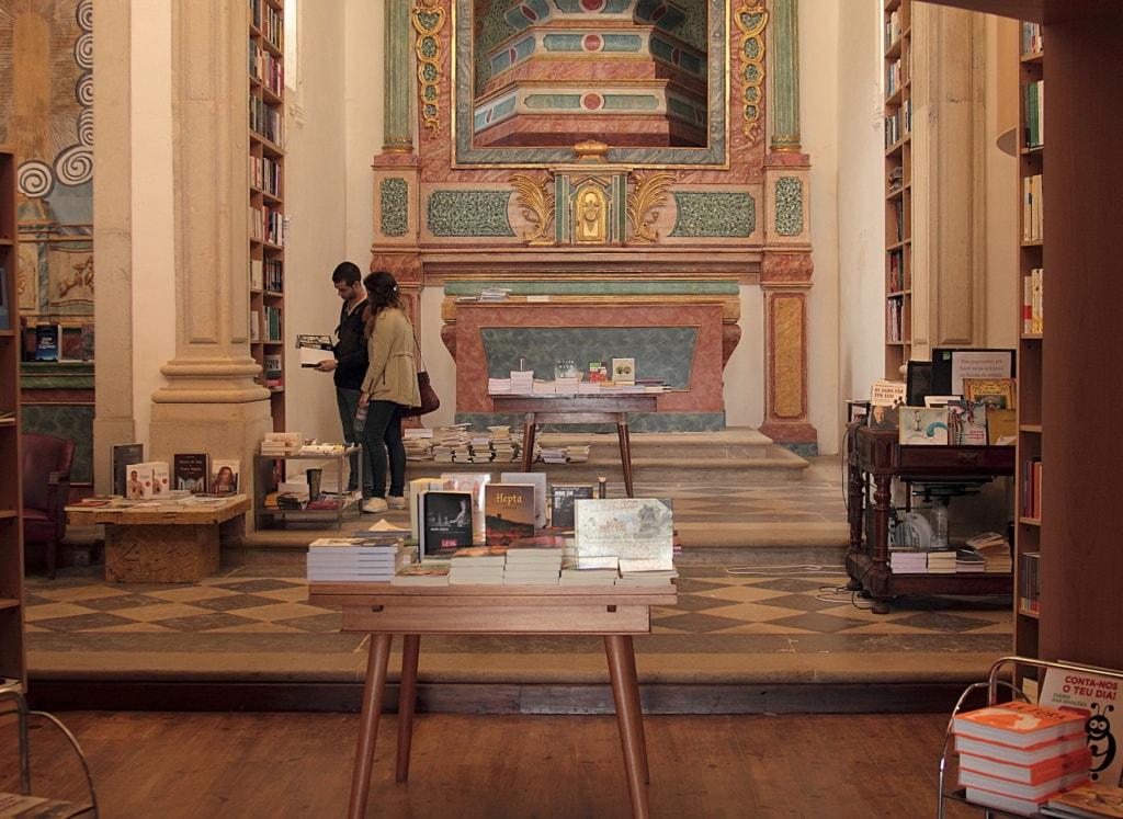 Besucher in einer Bibliothek in Obidos, Portugal