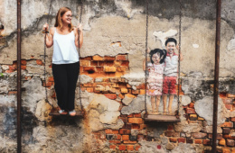 Redakteurin Linda schaukelt mit den Kindern, die als Street-Art in Georgetown zu finden sind