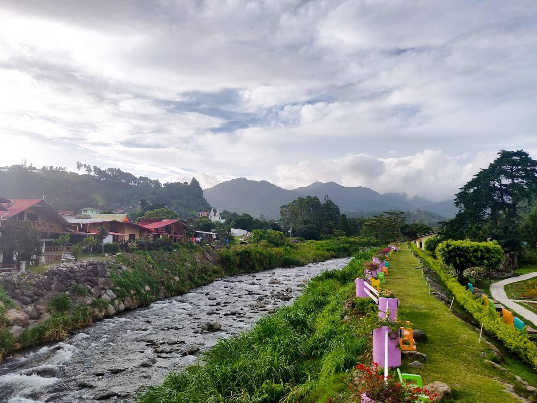 Fluss fließt durch das Dorf Bajo Boquete in Panama