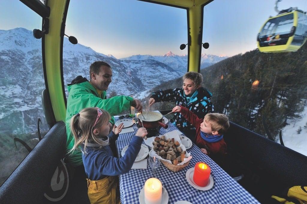 Käsefondue in der Gondel - romantische Aktivität im Winter