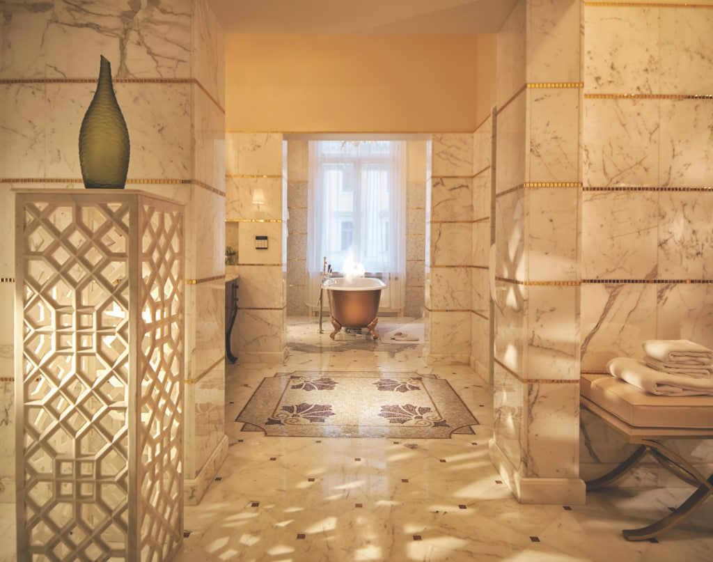 Das Belmond Grand Hotel Europe verwöhnt mit Marmorbädern.
