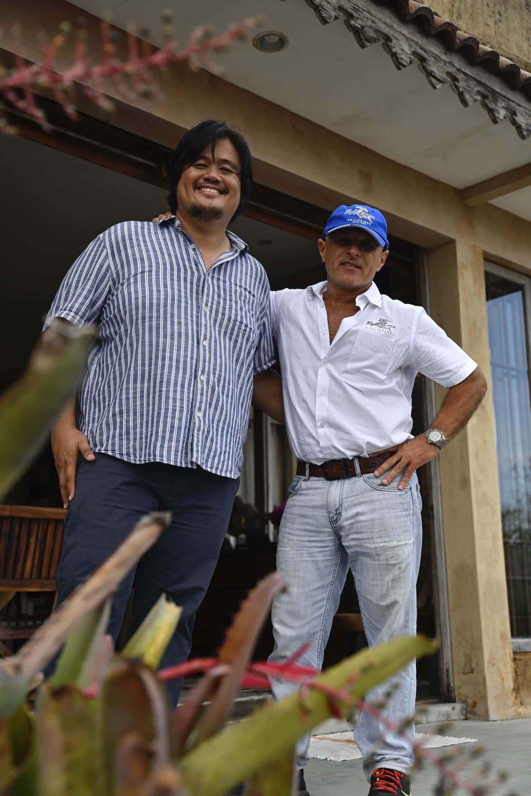 Chris von Sea Explorer und Künstler Karl auf Negros - Philippinen