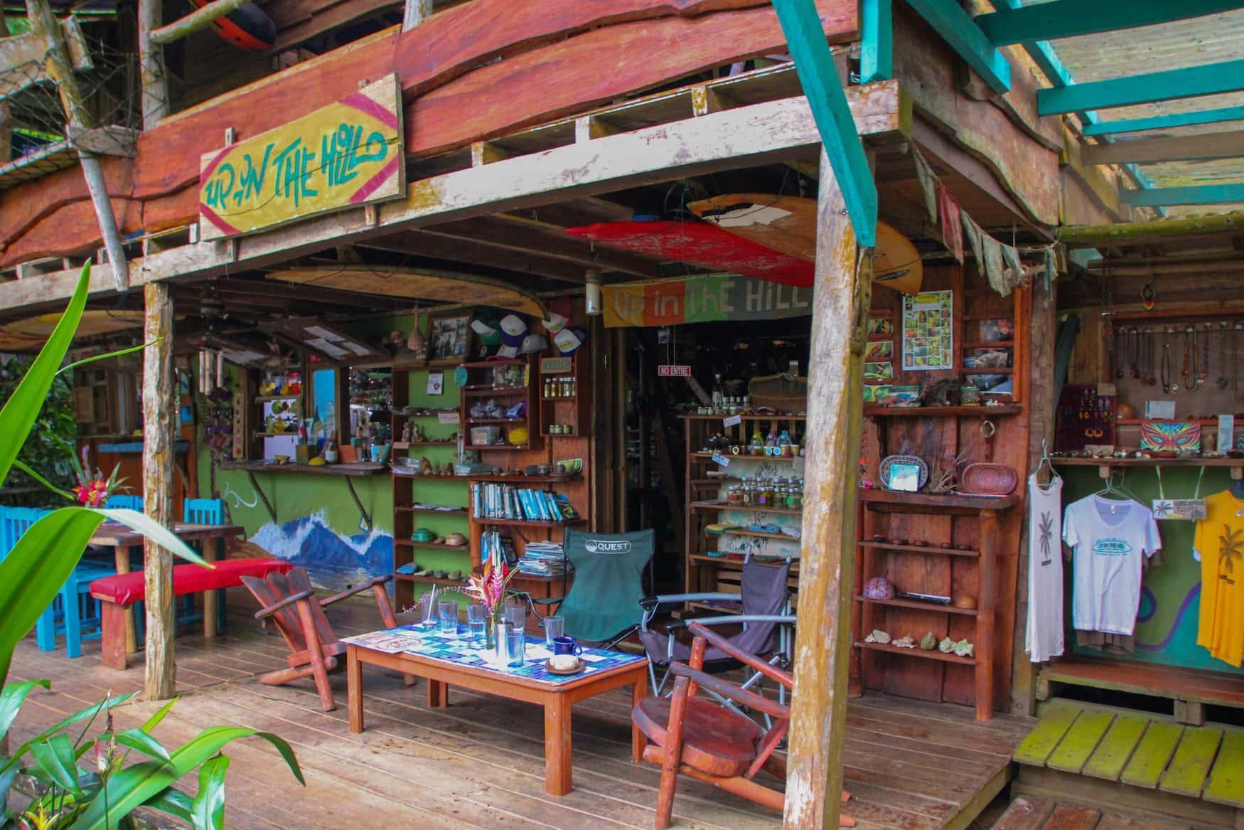 Buntes Eco-Café im Dschungel in Panama