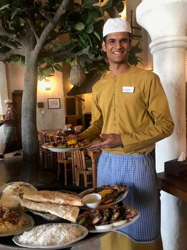 Kellner im Restaurant Al Fanar in Ras Al Khaimah