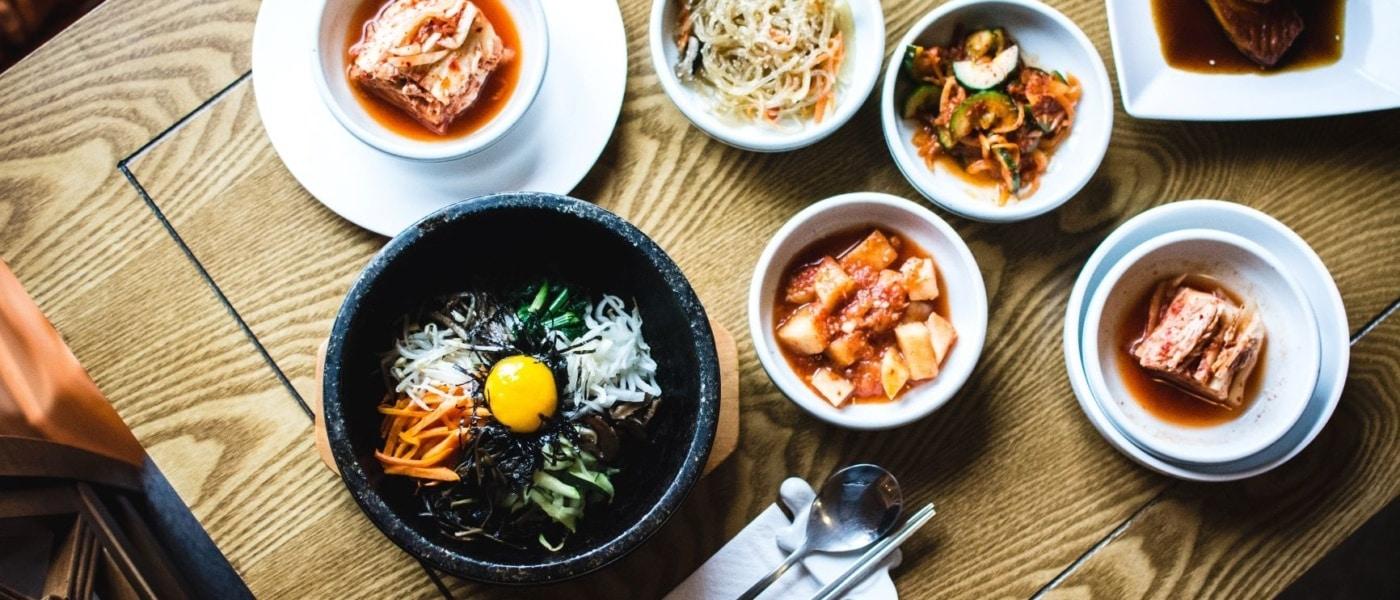 Koreanisches Essen auf Tisch