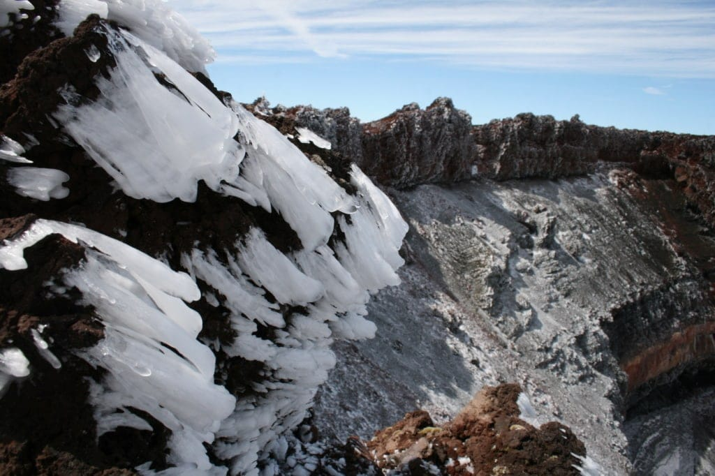 Feuer und Eis – auf dem Vulkan bilden sich Eiszapfen.