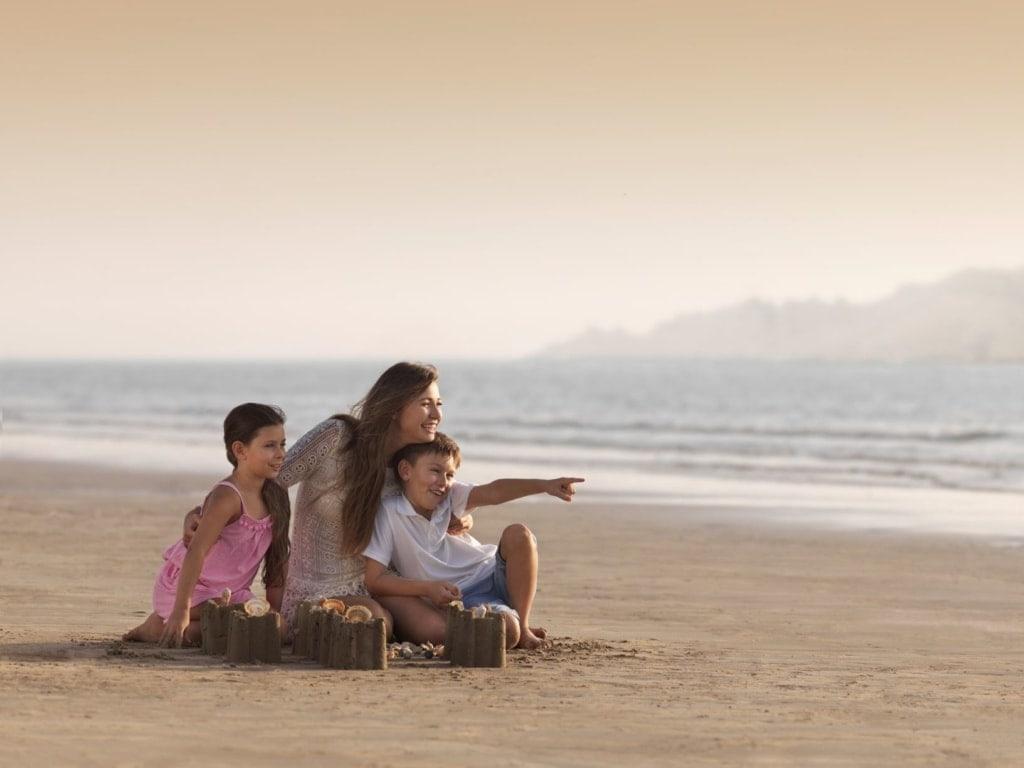 Mutter zwei Kinder Strand Ras Al Khaimah