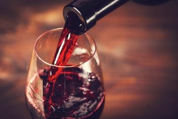 Nahaufnahme Rotwein aus Flasche in Glas
