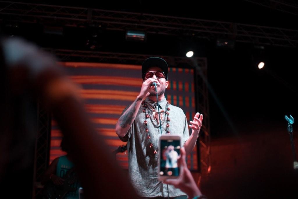 Sänger auf Bühne