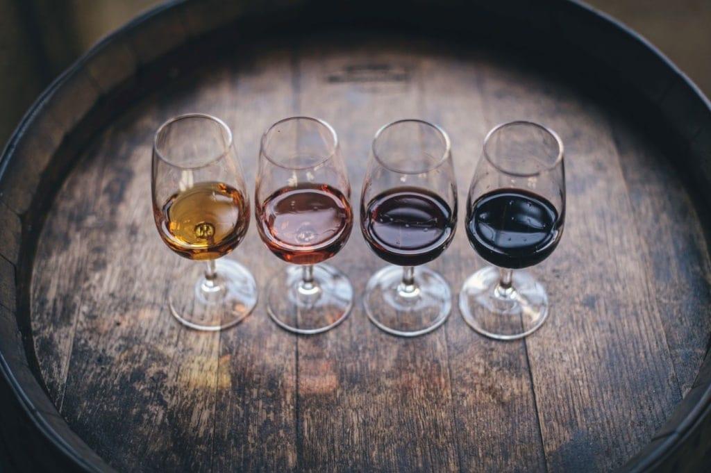 Vier Gläser Wein auf Weinfass