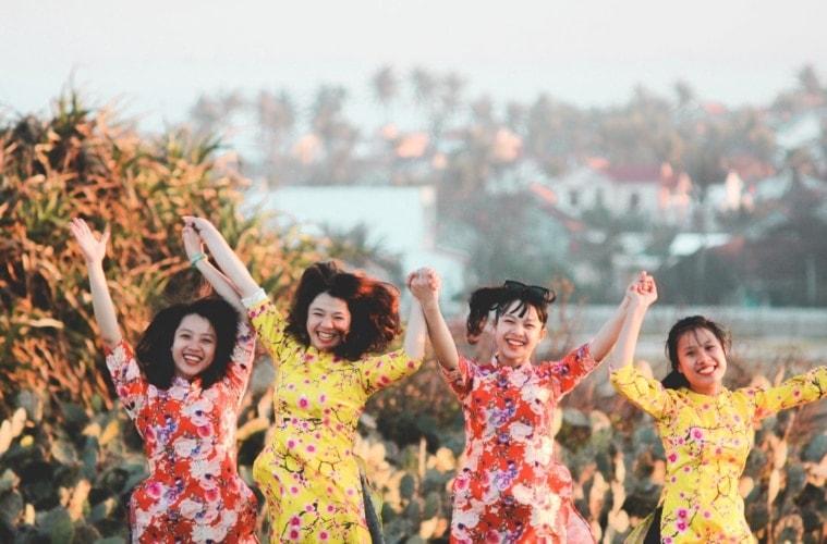 Vier Vietnamessinen lachend nebeneinander