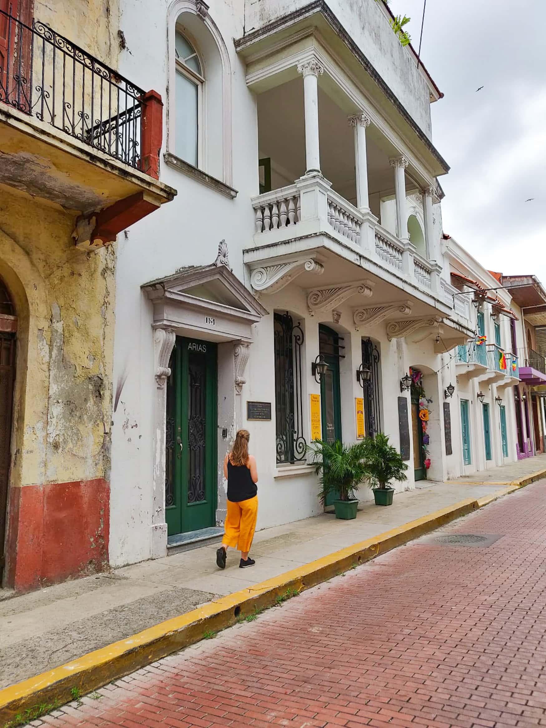 Redakteurin Linda Ruckes spaziert durch Casco Viejo in Panama