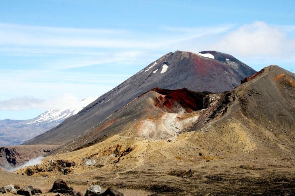 Drei auf einen Schlag: Beim Tongariro Alpine Crossing reiht sich ein spektakulärer Vulkan an den nächsten.