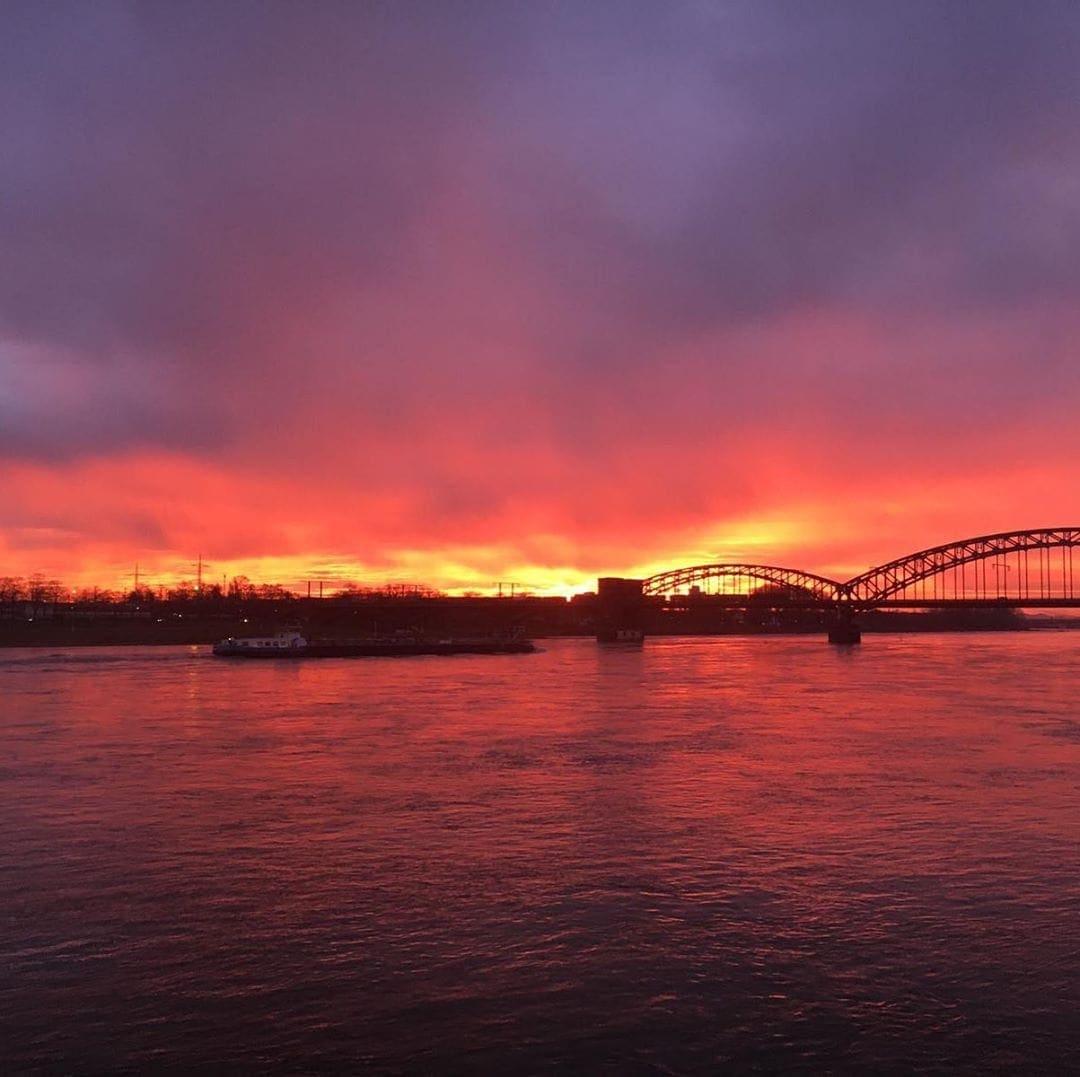 Einen wunderschönen guten Morgen aus Köln! Dieses Farbenschauspiel hat Redakteur Frank @yourselfmales heute auf dem Weg zur Arbeit eingefangen. Ach Köln 🧡 #cologne #köln #liebedeinestadt #travel #passionpassport #goodmorningcologne #welivetoexplore #sunrise #nofilter