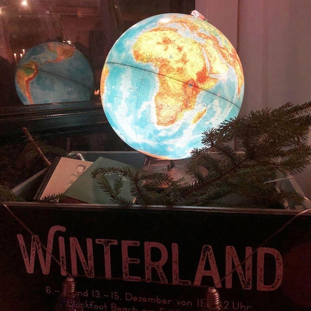 Für uns gilt immer: Wir wollen die Welt entdecken! Das neue Jahr beginnt bald. Habt ihr schon Pläne wohin es Euch 2020 treibt? – Foto ist ein Schnappschuss von unserer Weihnachtsfeierdeko.