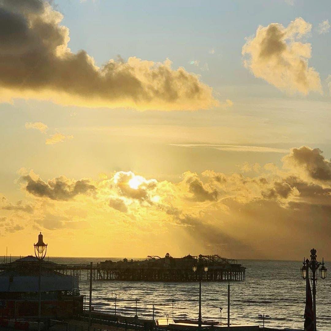 Oh, du wunderschöner Morgen über dem  Brighton Palace Pier. Reporterin Simone @aspirinia hat für uns die frühmorgendlichen Sonnenstrahlen eingefangen. #sunrise #brighton #brightonpier #passionpassport #reportervorort #travelgram #traveltheworld #welivetoexplore