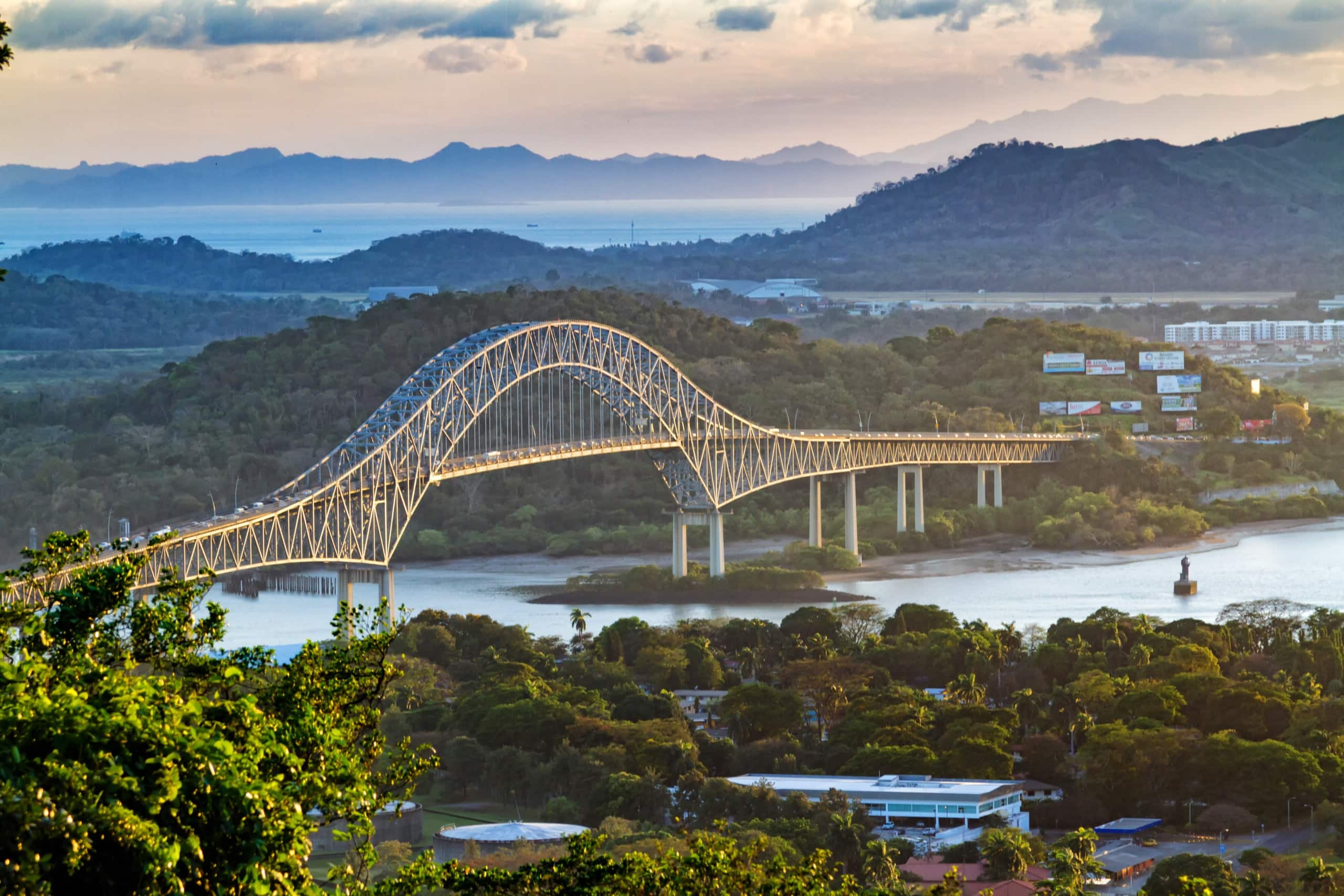 Brücke ragt über Fluss in Panama-Stadt