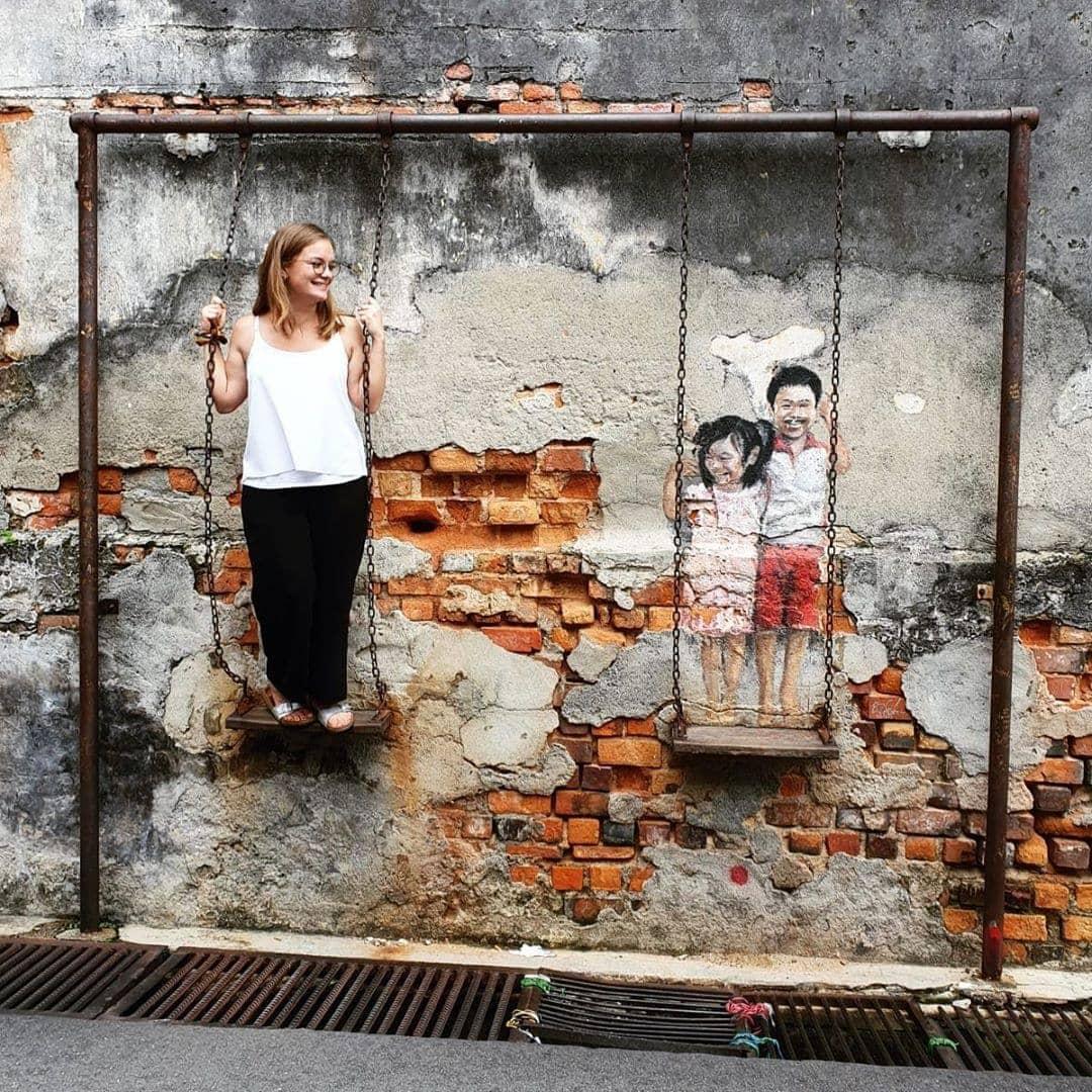 Street Art mal anders! Georgetown, die Hauptstadt der malaysischen Insel Penang, ist bekannt für seine interaktiven Street Art Werke, die sich in der ganzen Stadt verteilen. Redakteurin Linda @gold_gelb hatte sichtlich Spaß bei der Erkundung der Straßenkunst. #visitmalaysia #malaysia #penangmalaysia #georgetown #streetart #travel #passionpassport #reportervorort #welifetoexplore #mytinyatlas