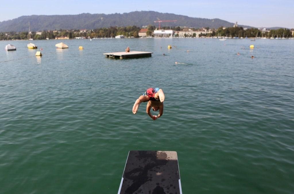Junge springt im Badi Utoquai in Zürich ins Wasser