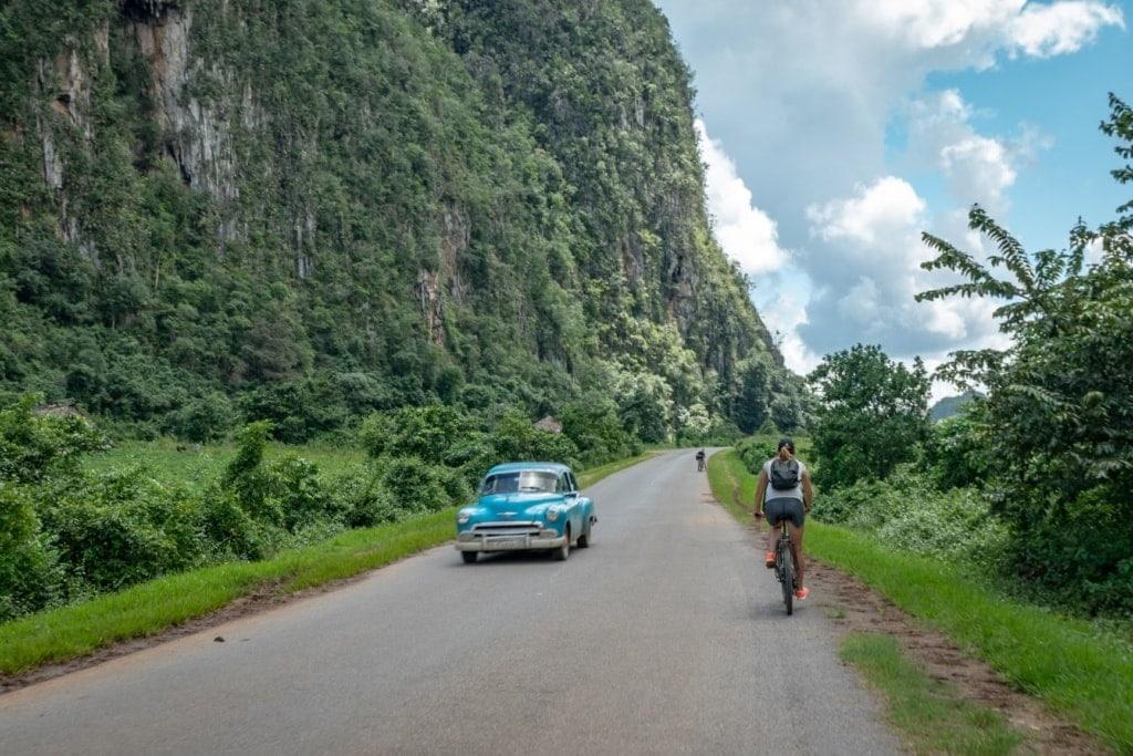 Fahrradfahrer auf einer Landstraße in Kuba