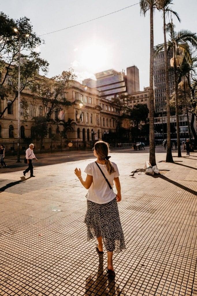 Frau geht über einen Platz in Sao Paulo
