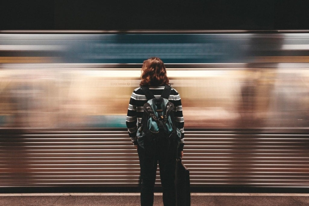 Frau in der U-Bahn