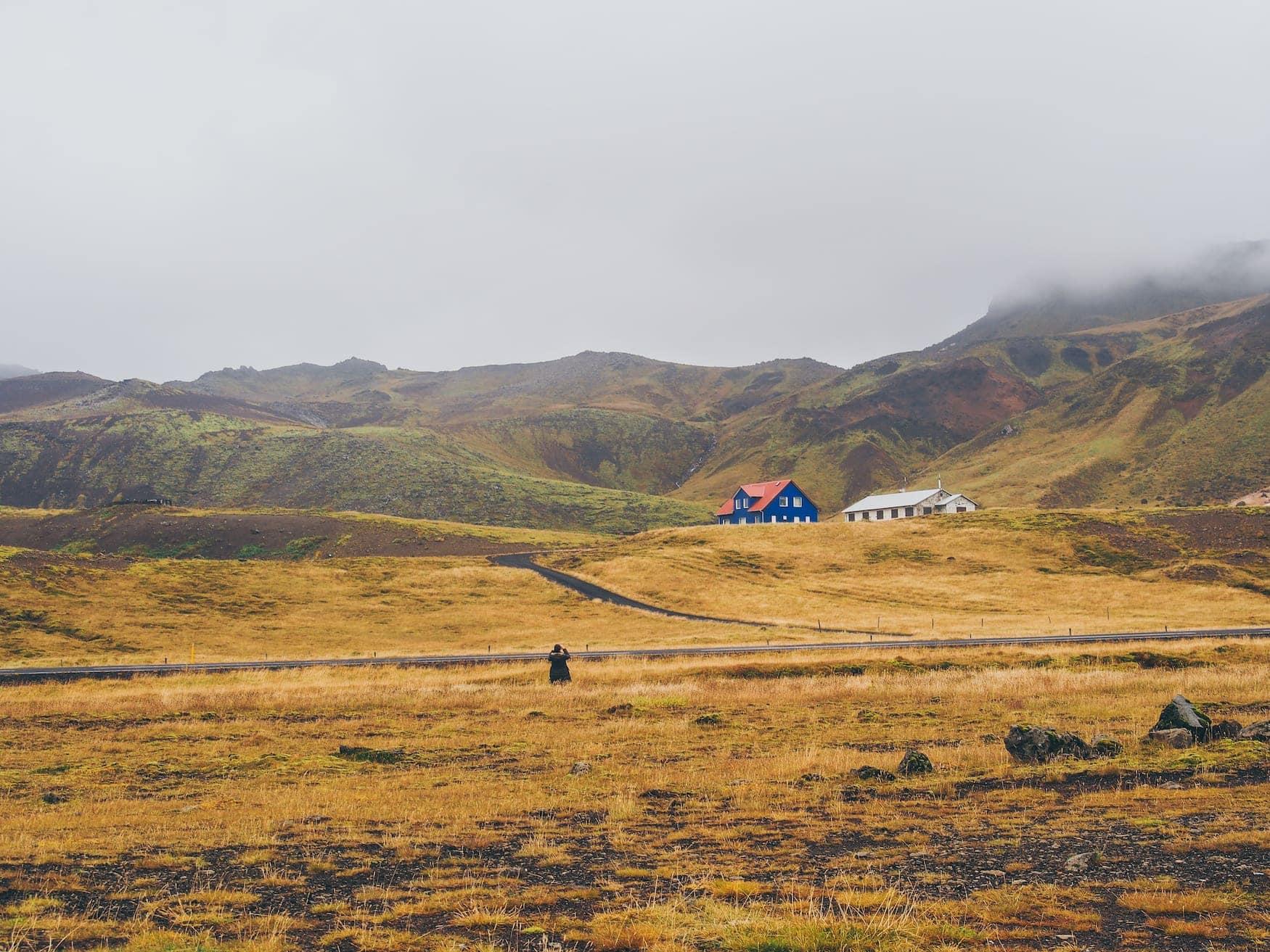 Verlassenes blaues Haus in isländischer Natur