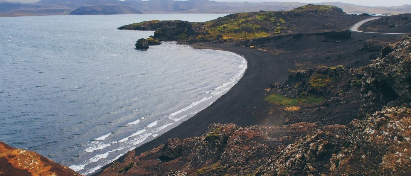 Steile Klippen am Kleifarvatn See in Reykjanes