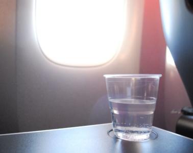 Plastikbecher Wasser Flugzeug